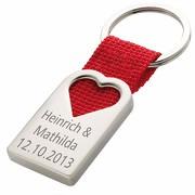 Schlüsselanhänger Herz aus Metall und rotem Polyester-Band mit Gravur