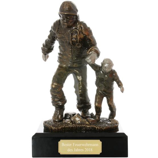 Pokal Figur Feuerwehrmann mit Kind Retter Feuerwehr mit Gravur